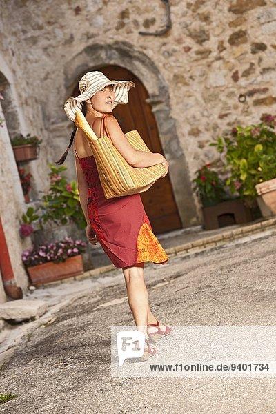Frau gehen Tasche über Straße Lebensmittelladen kaufen Schlucht