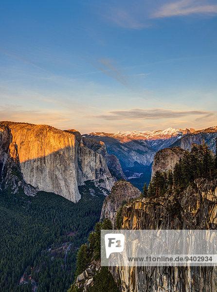 Erhöhte Ansicht Aufsicht Felsformation Nationalpark Außenaufnahme Landschaftlich schön landschaftlich reizvoll Textfreiraum Berg Tag Wolke Ruhe Sonnenuntergang Himmel Landschaft Schönheit niemand Wald Ehrfurcht Natur Sonnenlicht Horizont Erosion El Capitan Kalifornien Idylle freie Natur