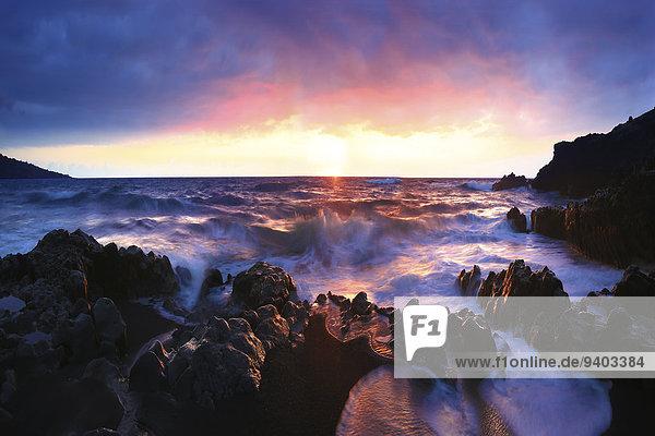Vereinigte Staaten von Amerika USA Felsformation State Park Provincial Park Außenaufnahme Landschaftlich schön landschaftlich reizvoll Wasser Ruhe Strand Sonnenuntergang Landschaft Ozean Schönheit Küste niemand Natur Vulkan Querformat Gefahr dramatisch Hawaii Hana Idylle Maui freie Natur