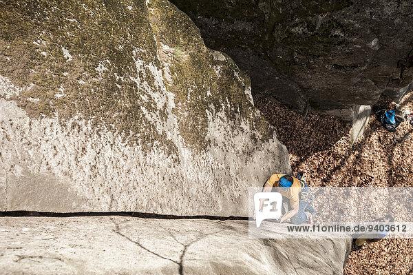 Mann 1 Richtung klettern