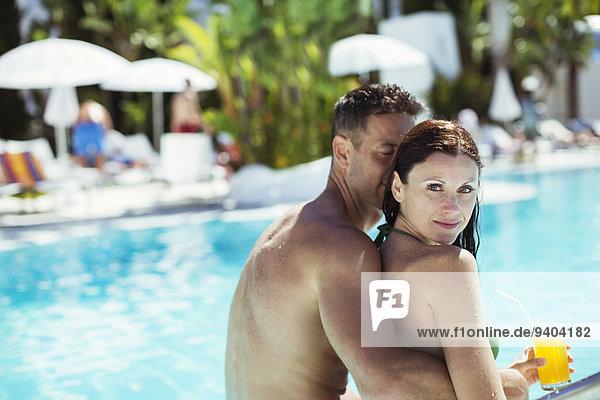 Entspannen Sie sich am Schwimmbad des Resorts