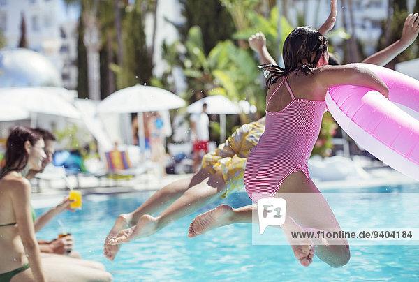 Kinder springen ins Resort-Schwimmbad