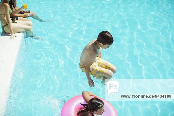 Junge und Mädchen beim Sprung ins Schwimmbad