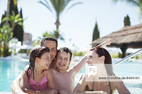 Familie mit zwei Kindern im Schwimmbad