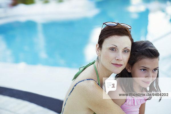 sitzend,Portrait,Schwimmbad,Tochter,Mutter - Mensch