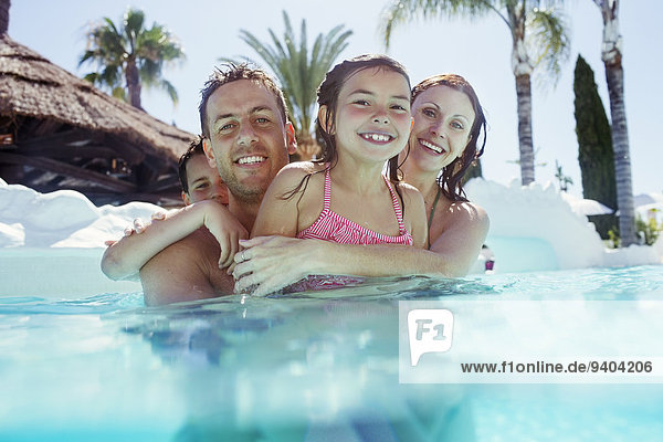 Porträt einer glücklichen Familie mit Sohn und Tochter im Schwimmbad