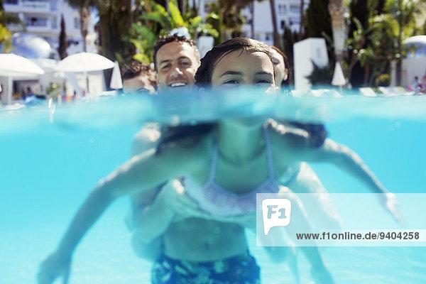 Portrait des Mädchens und ihres Vaters im Schwimmbad