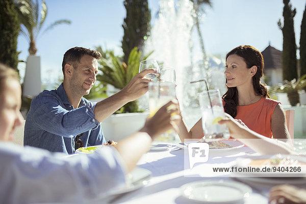 Familien-Toast am Tisch im Freien