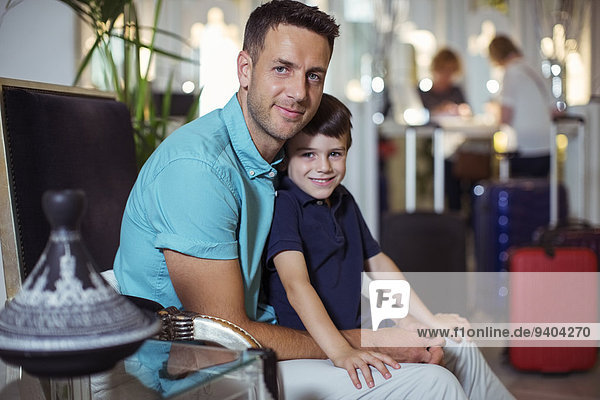 Porträt eines Mannes mit Sohn in der Hotellobby