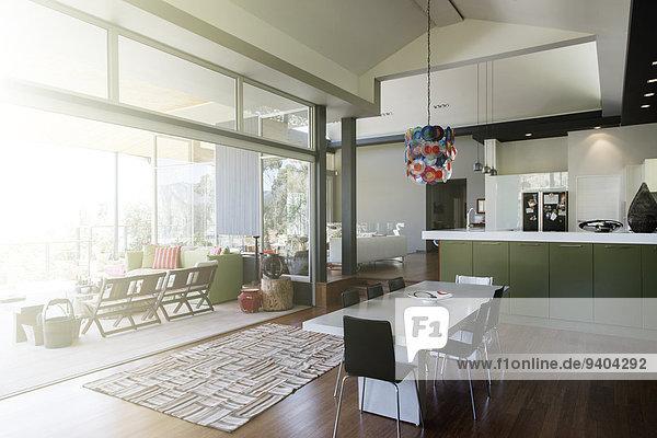 Modernes Esszimmer mit großem Tisch und Stühlen