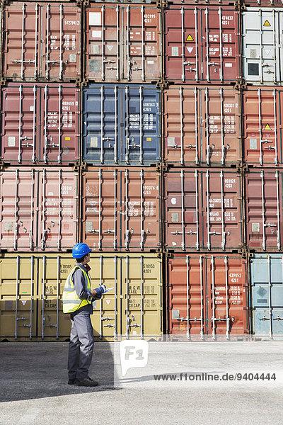 Arbeiter bei der Untersuchung von Frachtcontainern