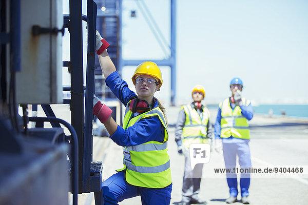 Arbeiter klettert auf den Ladekran