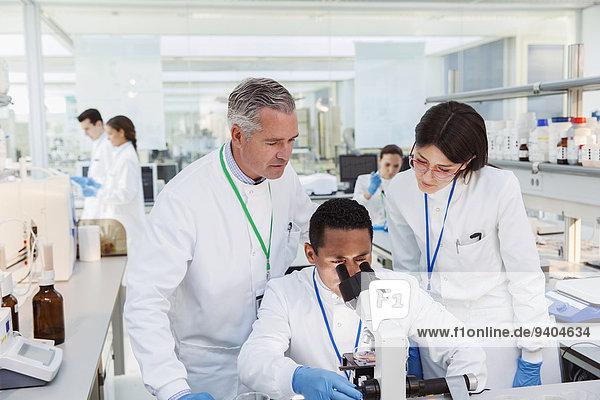 Wissenschaftler mit dem Mikroskop im Labor