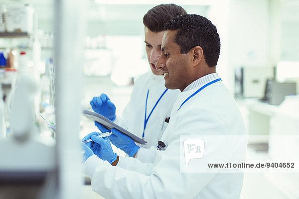 Wissenschaftler nutzen Tablet PCn im Labor