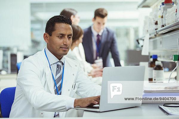 Wissenschaftler mit Laptop im Labor