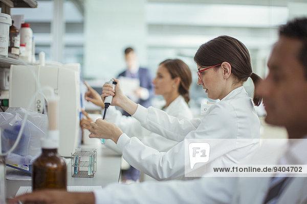 Wissenschaftler pipettieren Probe im Labor
