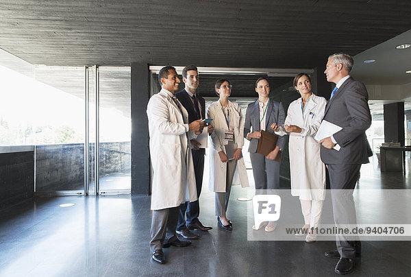 Wissenschaftler und Geschäftsleute im Gespräch in der Lobby