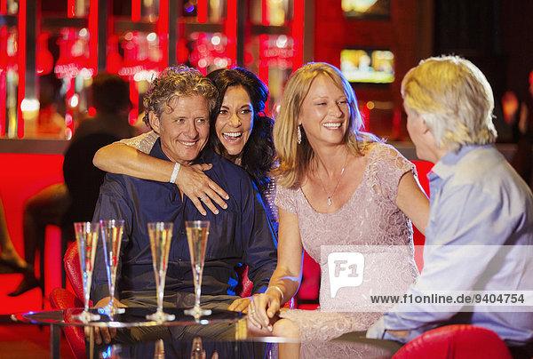 Gruppe von Freunden mit Spaß in der Bar