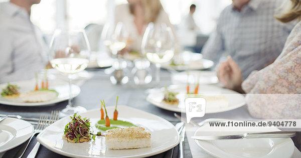 Ausgefallene Fischmahlzeit auf dem Teller im Restaurant
