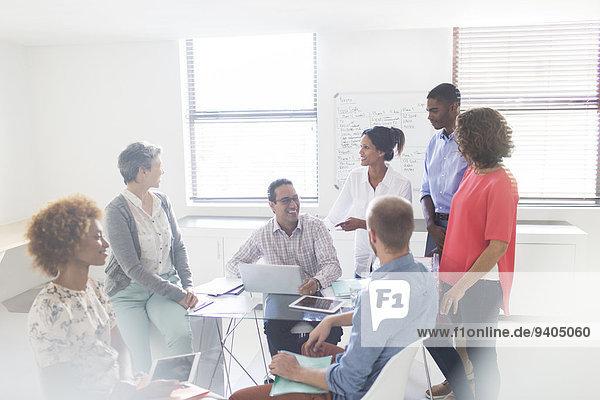 Gruppe von Geschäftsleuten  die sich in einem modernen Büro treffen.