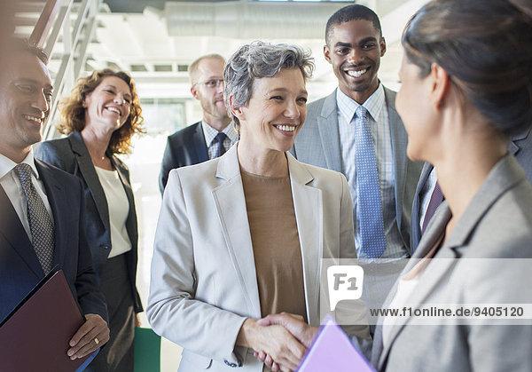 Büroteam gratuliert Geschäftsfrau