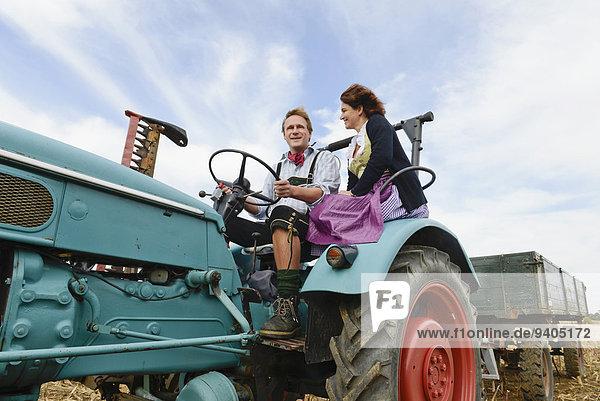 Kornfeld fahren Traktor reifer Erwachsene reife Erwachsene