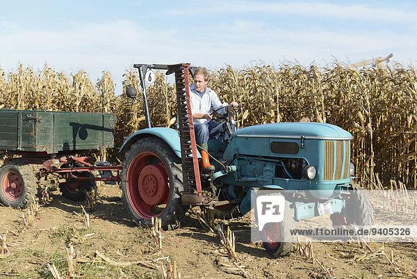 Kornfeld über fahren Traktor Bauer