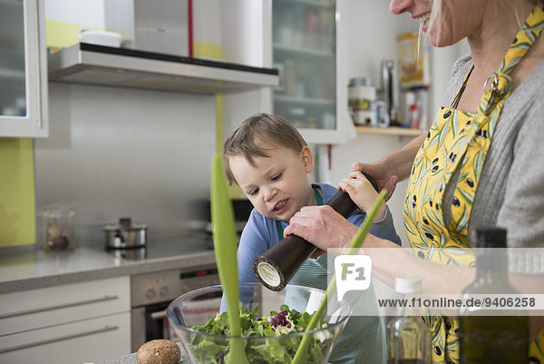 Junge - Person Hilfe Salat Peperoni Mutter - Mensch