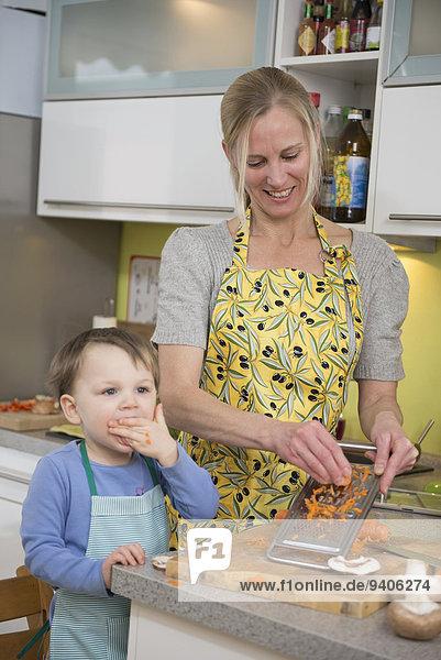 Junge - Person Möhre essen essend isst Gittermuster Gitter Mutter - Mensch gerieben