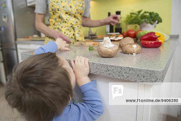 Junge - Person schneiden Gemüse Mutter - Mensch