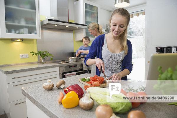 Sohn schneiden Gemüse Hintergrund Tochter Mutter - Mensch