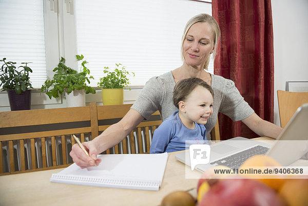 benutzen Notebook lächeln Sohn Produktion Mutter - Mensch