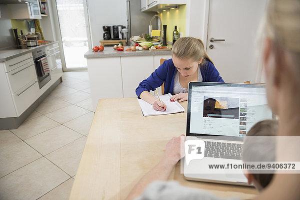 benutzen Jugendlicher Notebook Sohn Mädchen Mutter - Mensch Hausaufgabe