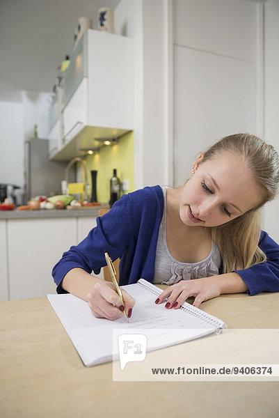 Jugendlicher schreiben Mädchen