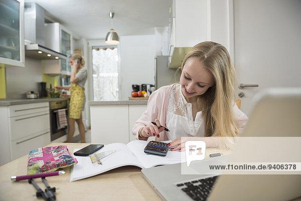 Jugendlicher lächeln Vorbereitung Mädchen Mutter - Mensch Hausaufgabe Mittagessen