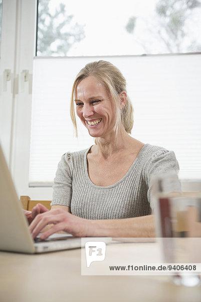 lächeln Frau benutzt Laptop