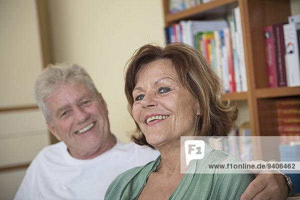 sitzend, Senior, Senioren, Portrait, lächeln, Zimmer, Couch, Wohnzimmer
