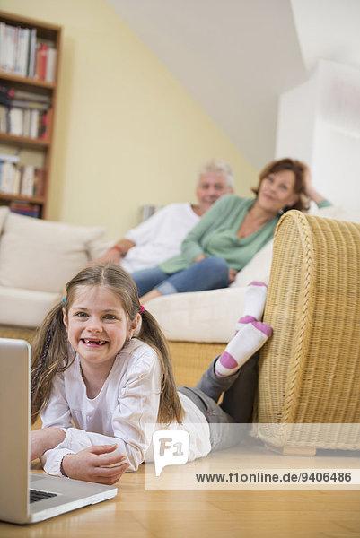 benutzen Notebook Zimmer Hintergrund Großeltern Enkeltochter Wohnzimmer