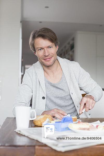Portrait Mann lächeln reifer Erwachsene reife Erwachsene Frühstück