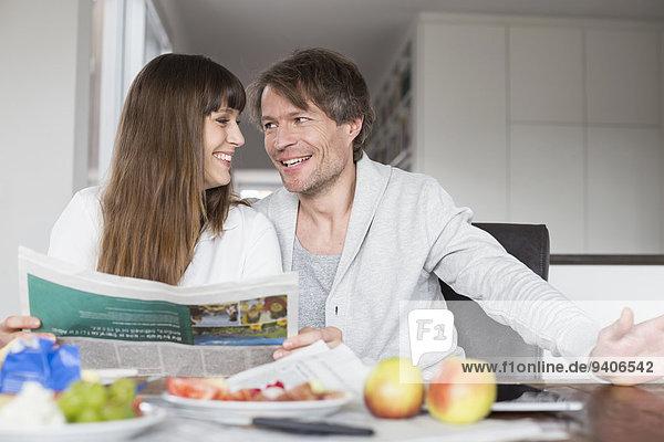 Zusammenhalt lächeln Frühstück Zeitung vorlesen