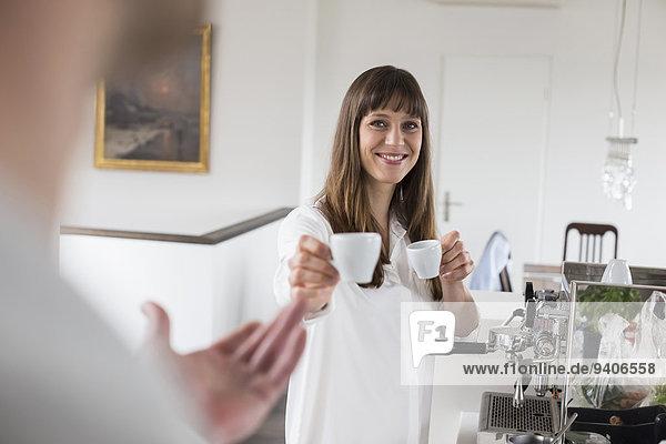 Frau Mann Angebot lächeln Morgen Kaffee