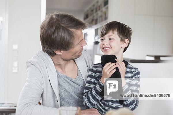 sehen lächeln Menschlicher Vater Sohn