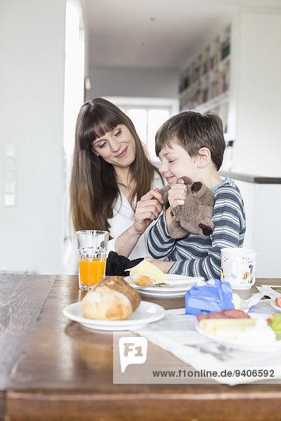 lächeln Sohn Tisch Mutter - Mensch Frühstück