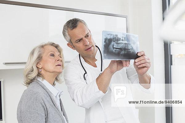 Patientin Diskussion Arzt