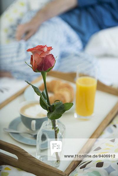 Mann Bett Hintergrund reifer Erwachsene reife Erwachsene Frühstück