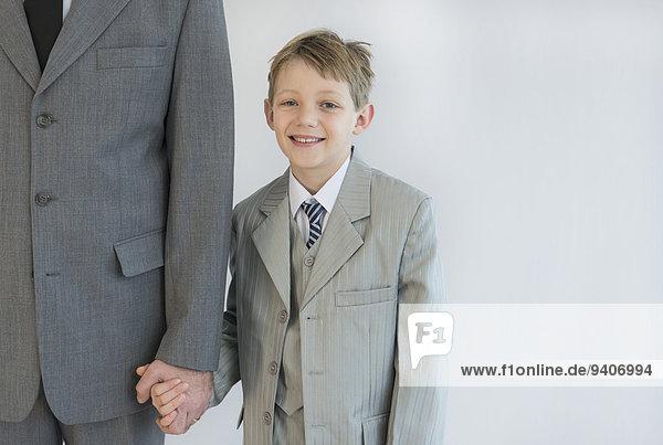 Menschlicher Vater Sohn halten weiß Hintergrund