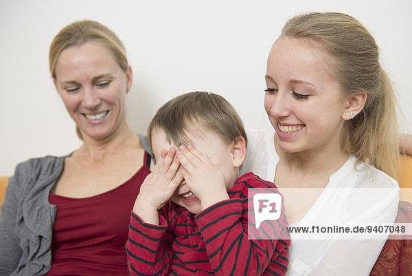 lächeln Sohn bedecken Tochter Mutter - Mensch
