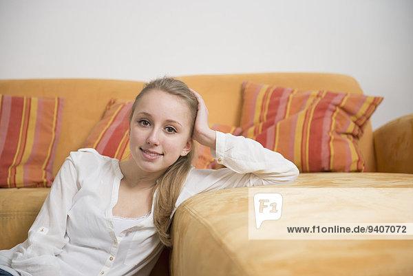 Portrait Jugendlicher lächeln Zimmer Mädchen Wohnzimmer