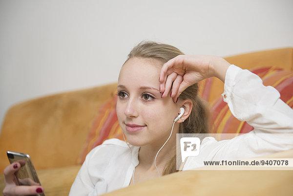 Jugendlicher zuhören lächeln Musik MP3-Player MP3 Spieler MP3 Player MP3-Spieler Mädchen Klassisches Konzert Klassik