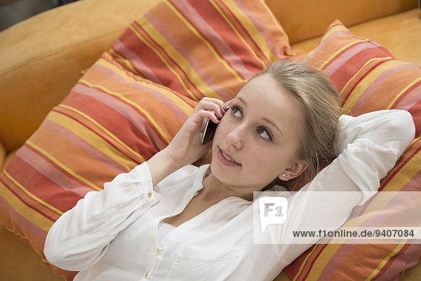 Handy liegend liegen liegt liegendes liegender liegende daliegen Jugendlicher sprechen Mädchen
